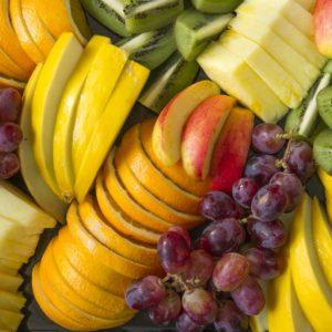Fruktfat med frisk oppskåret frukt og nøtteblanding