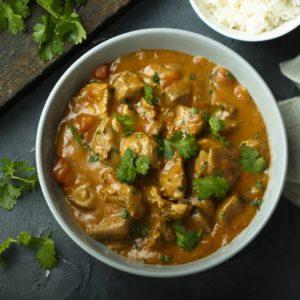 Karri kyllinggryte med gulrot, løk, ananas, hvitløk, paprika, ris, salat, brød og smør. 184 kr.