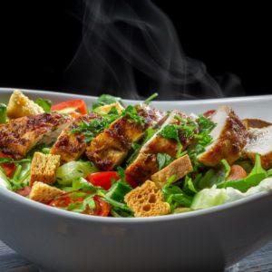 Kyllingsalat m/brød, smør og dressing.