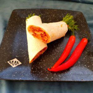 Wraps med mango- og chilisalsa, pulled asian bbq, crispy salat og agurk