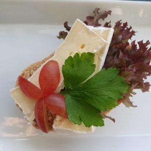 Rundstykke med ost og druer.
