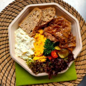 Oa Spesial – Karbonader med stekt løk, potetsalat, eggerøre, brød, smør