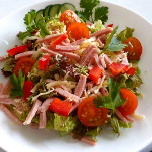 Salat med ost og skinke m/ brød, smør og dressing. 69 kr.