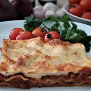 Lasagne med salat, dressing, brød og smør