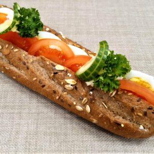 Vegetarbaguette  –  Egg og tomat. 59 kr.